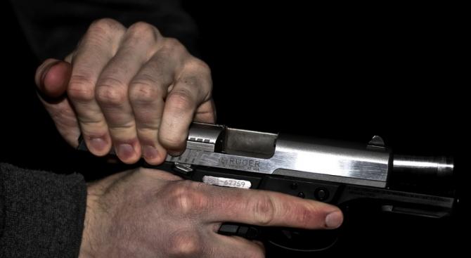 Пиян мъж стреля с пистолет близо до жилищен блок