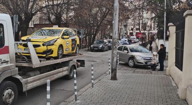 Две коли се блъснаха до оградата на унгарското посолство