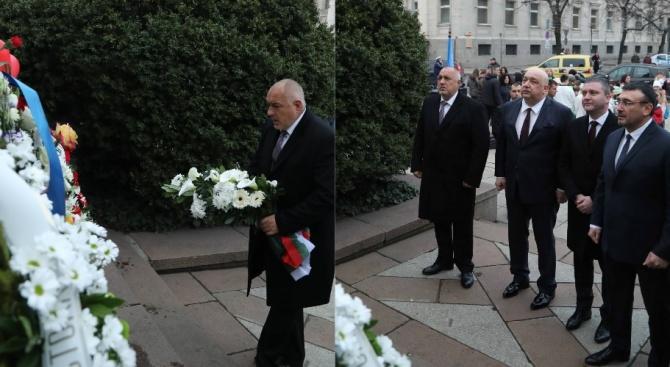 Борисов положи цветя пред паметника на Васил Левски