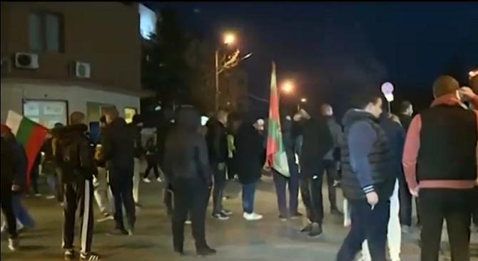 Хората блокираха централната улица в Нови Искър