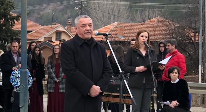 Валери Симеонов пред българската общност в Цариброд: Правителството ще финансира културните ни центрове зад граница
