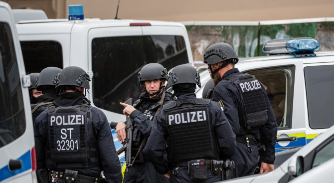 8 души бяха убити при стрелба в два бара в Германия