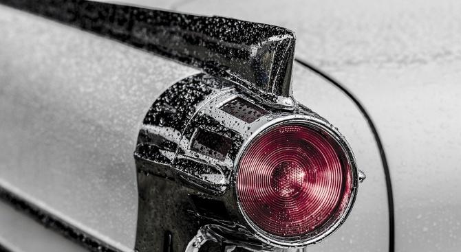 Изоставена кола на оживен път изнервя шофьорите в София