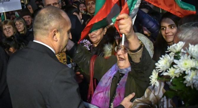 СДС срещу Радев: Селфита, усмивки, освирквания – това ли е почитта към Левски?!