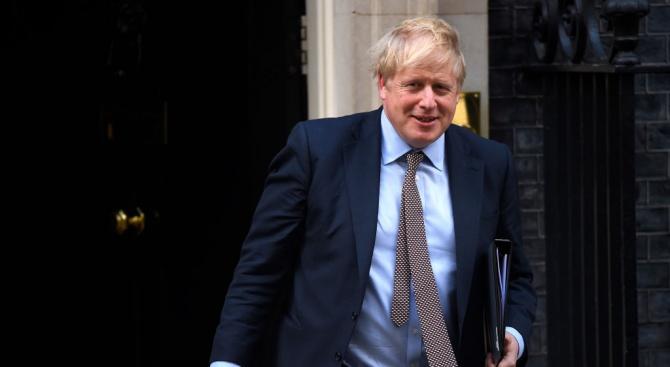 Борис Джонсън подложен на критики заради реакцията си на наводненията във Великобритания