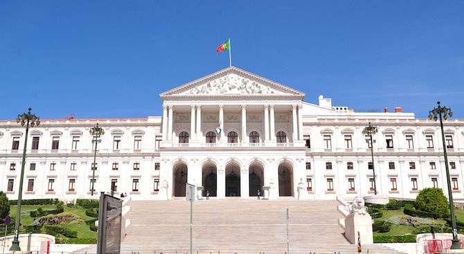 Португалските депутати умуват дали да разрешат евтаназията на фона на протести