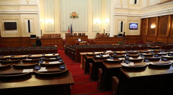 """Напрежение в парламента! """"Атака"""" и ВМРО на косъм от бой"""