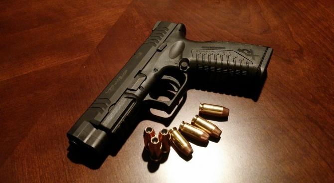 Иззеха пистолет и боеприпаси от земеделска база