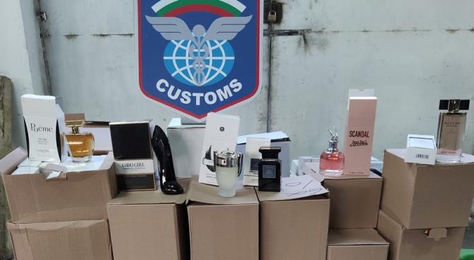 Митничари спипаха хиляди парфюми, дрехи и обувки на ГКПП Дунав мост –Русе