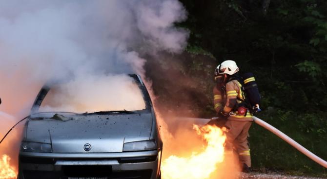 Мъж избяга от болница, скара се със сестра си и запали колата ѝ