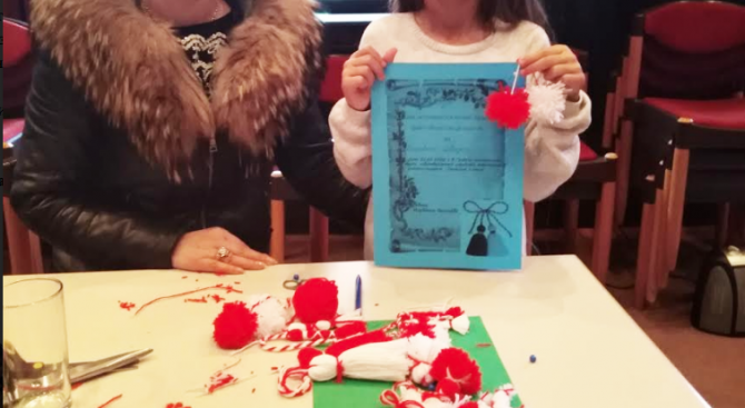 """Малки и големи плетоха мартеници в Брацигово за """"Денят за вас"""" на Министерство на туризма"""