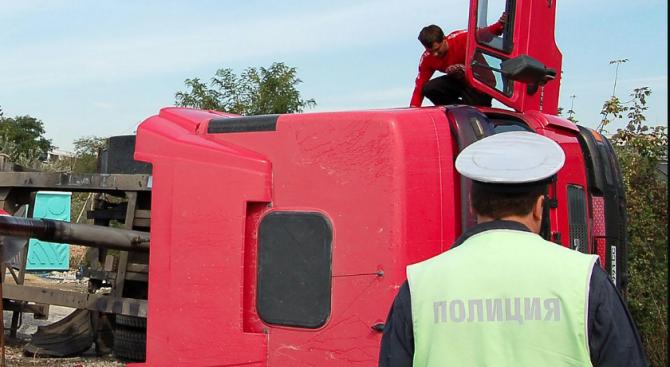 Катастрофирал камион затапи движението по пътя Димово-Ружинци