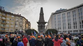 Граждани и политици поднесоха цветя пред паметника на Левски