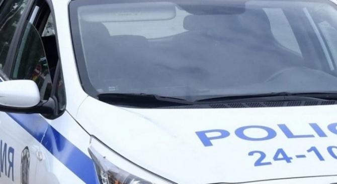 Баща и син пребиха дядо, после единият извади кирка на полицай