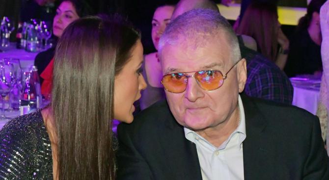 Христо Сираков запозна децата си с плеймейтката Дениз Хайрула