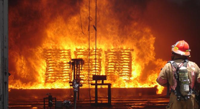 Пожар в комин евакуира жителите на блок в Смолян