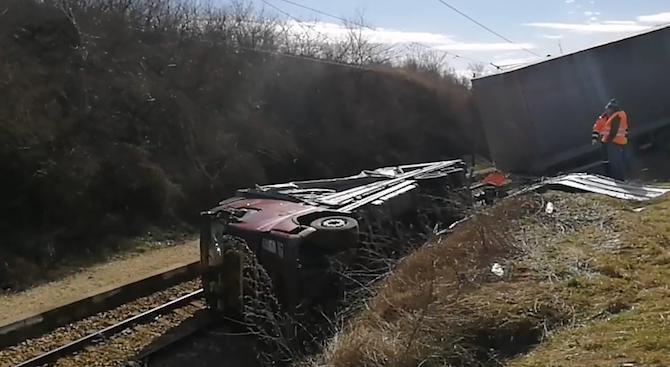 ТИР аварира на жп линията Бяла - Полски Тръмбеш