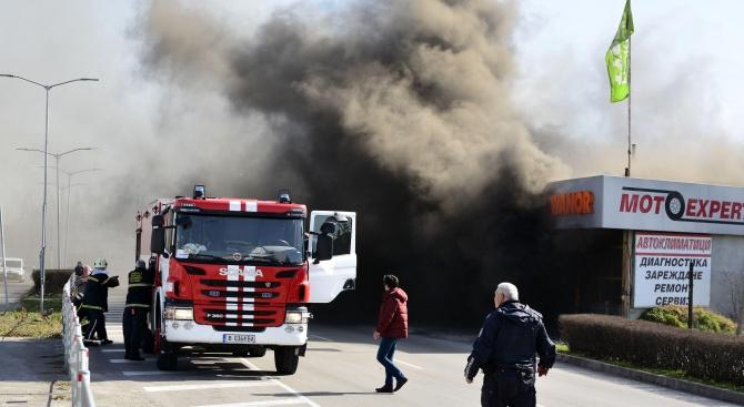 Голям пожар пламна във варненска гумаджийница