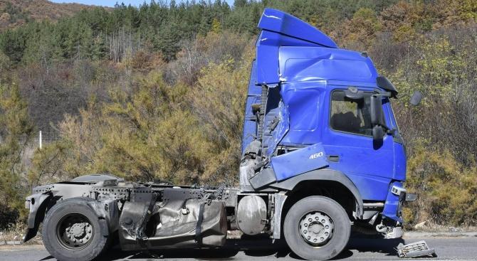 """Камион аварира на магистрала """"Хемус"""""""