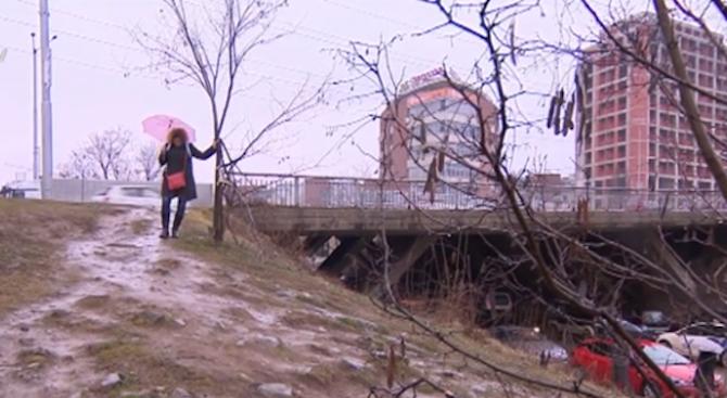 """Жители на кв. """"Манастирски ливади"""" газят в кал, за да хванат автобус"""