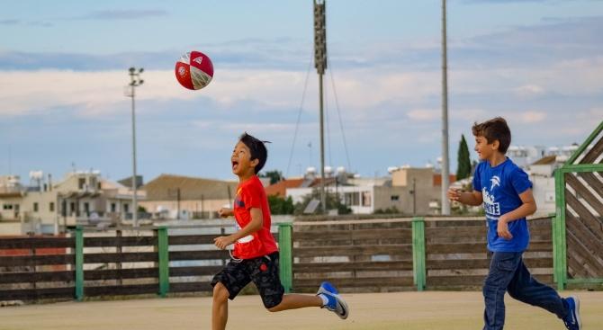 Забраняват на децата да удрят топката с глава при игра на футбол