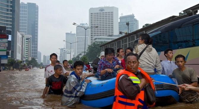 Сериозни наводнения парализираха индонезийската столица Джакарта