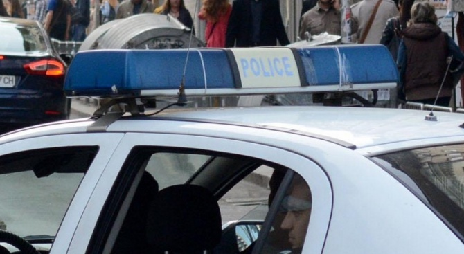 Повдигнаха обвинения на задържаните за съблеченото голо момче