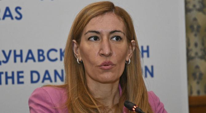 Министър Ангелкова се срещна с туроператори заради коронавируса