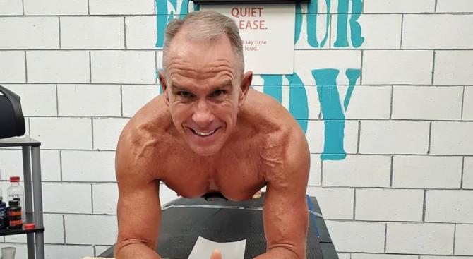 62-годишен мъж стоя в поза планк над 8 часа