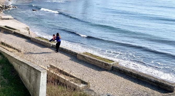 Мустафа се похвали как нейните момичета са потопили за първи път крачета в Черно море