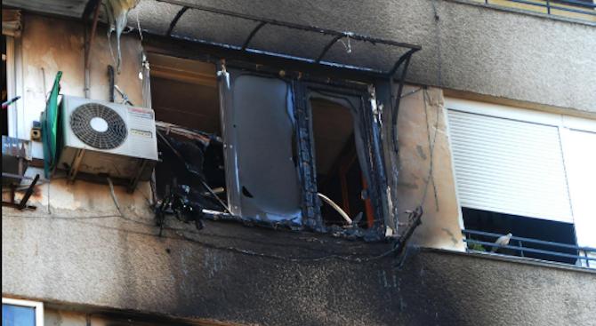 Пожарникари спасиха хора от горящ апартамент в Сливен