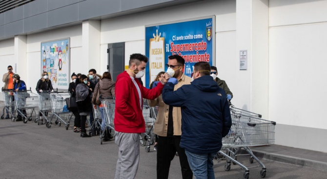 Пусти улици, празни супермаркети: коронавирусът удари Северна Италия