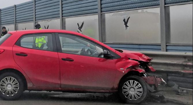 Шофьор заби колата си в мантинела край пътя, има ранен човек