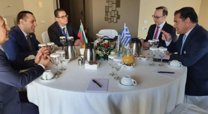 Министър Караниколов и гръцкият му колега обсъдиха възможности за активизиране на икономическото сътрудничество между двете страни