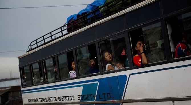 Автобус падна от мост в Индия, 24 загинали
