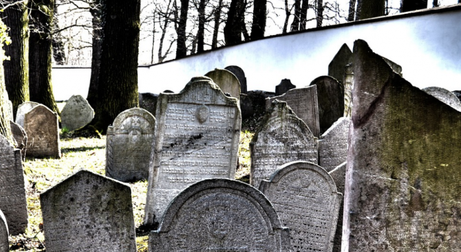 16-годишен младеж на пробация изпочупи надгробни плочи