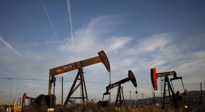 Цената на петрола падна под 52 долара за барел за първи път от декември 2018 г.