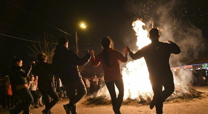 Забранява се паленето на ритуални огньове върху общински тревни площи в Пернишко на Сирни Заговезни