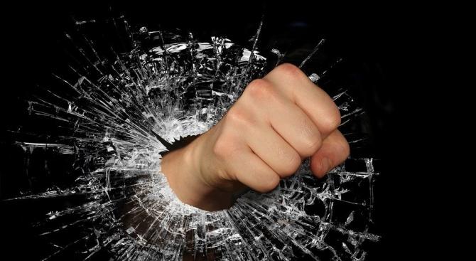 Издирват хулиган, набил шофьор край Стражица