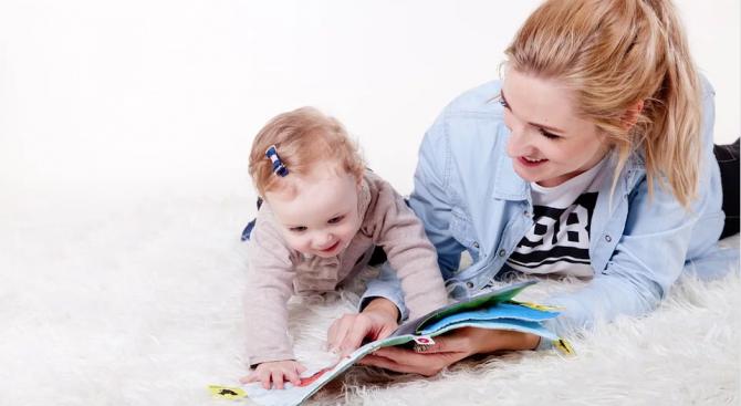 Бебетата от двуезични семейства по-бързо се концентрират и адаптират