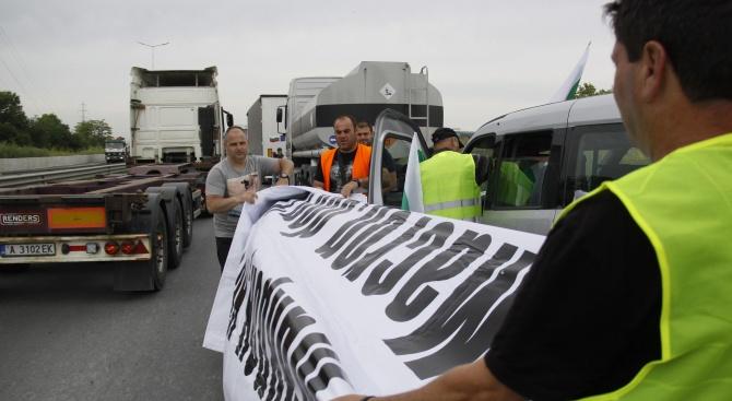 """Превозвачи протестират край ГКПП """"Дунав мост"""" заради ТОЛ системата"""