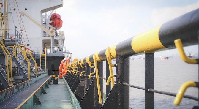 Кораб с филипински екипаж е под карантина край Бургас