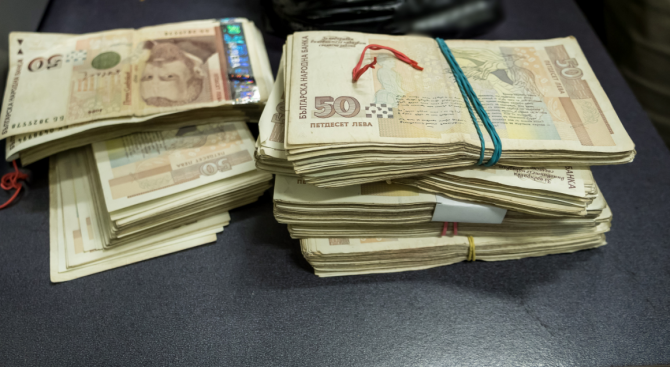 Постоянен арест за мъж и жена, опитали да пробутат фалшиви банкноти от 50 лева