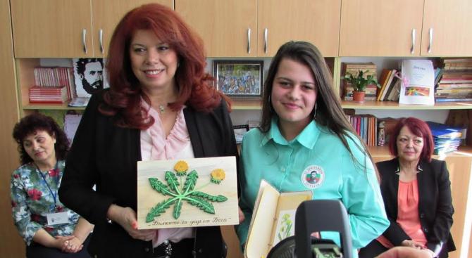 """Илияна Йотова гостува в Тутракан на своята победителка от инициативата """"Посланик за един ден"""""""