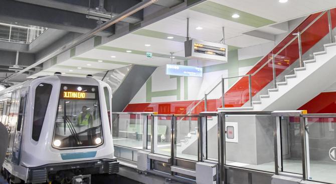 Фандъкова показва първите два модернизирани влака за метрото
