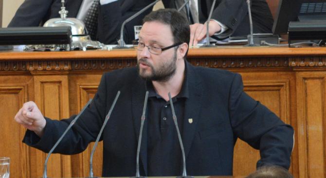 """""""Атака"""" искат изслушване на Каракачанов във връзка с продажбата на имоти на Министерство на отбраната"""