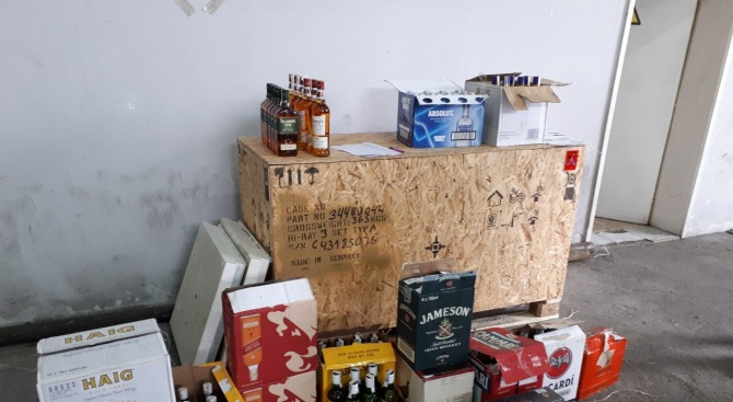 Митничари спипаха алкохол с изтекъл бандерол