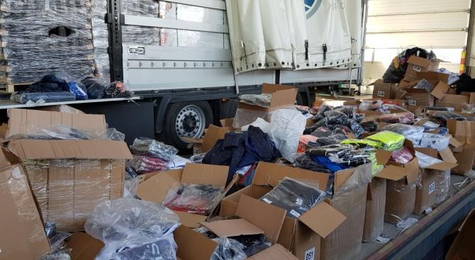 Близо 50 100 текстилни изделия, обувки и чанти, носещи логото