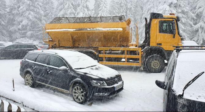 Извършват се обработки срещу заледяване в планинските райони на София