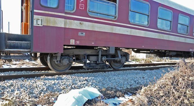 Влак помете кола, има загинал